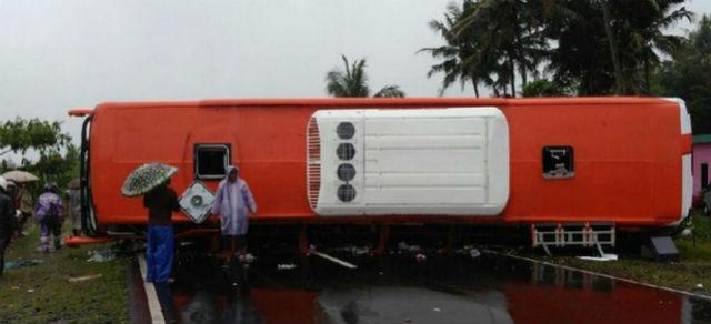jasabuspariwisata-satu-tewas-akibat-truk-tabrak-bus-pariwisata-2