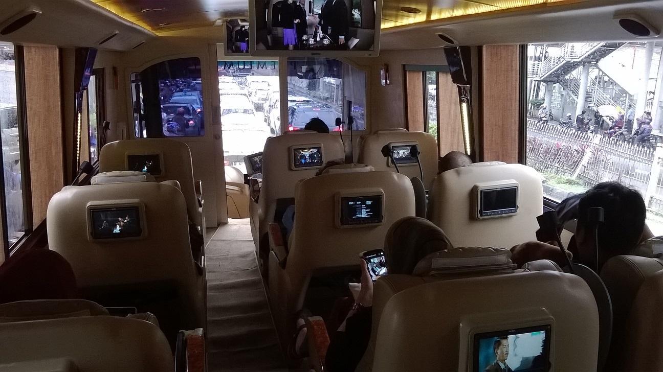 Fasilitas standar bus pariwisata - Keuntungan Sewa Bus Blue Bird untuk Perjalanan Wisata Keluarga