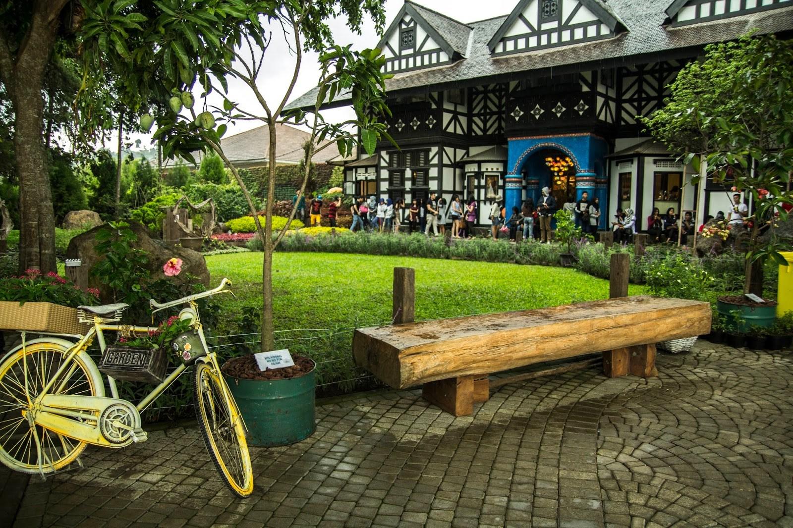 Bisa Berkeliling ke Banyak Tempat Wisata - Pelesir ke Paris van Java? Sewa Elf Bandung Saja!