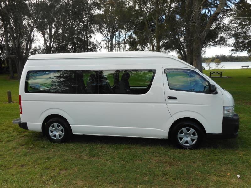 Mempersiapkan Perjalanan dengan Mobil Sewaan - Toyota Hiace, Pilihan Terbaik untuk Perjalanan Rombongan dan Keluarga